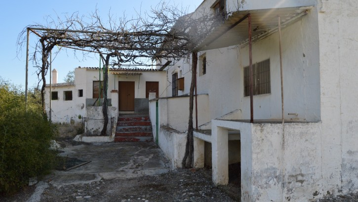 AM102 – 2 Houses with an old olive mill ready for renovation.