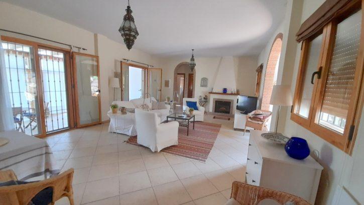 AP722- Stunning villa less than 5 minute walk to Alora pueblo